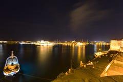 HDR在瓦莱塔盛大港口的夜视图从在马耳他和堡垒St安吉洛的历史的上部Barraka庭院区域 免版税图库摄影