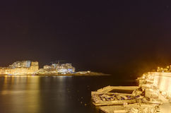 HDR在瓦莱塔盛大港口的夜视图从在马耳他和堡垒St安吉洛的历史的上部Barraka庭院区域 免版税库存照片