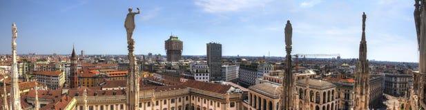 HDR大教堂在广场、米兰都市风景和米兰王宫的中央寺院二米兰白色大理石象全景照片  免版税库存照片