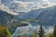 HDR山风景视图与剧烈的多云天空的在Hallstatt村庄附近的一个湖上在奥地利 免版税图库摄影