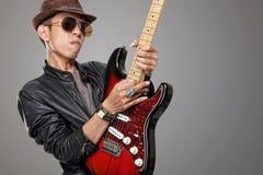 HDR演奏他的岩石吉他弹奏者的样式图象独奏 免版税库存照片