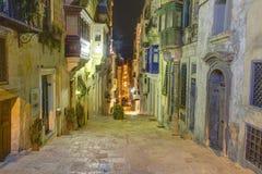 HDR瓦莱塔市的一条历史的街道的夜照片,马耳他的首都 库存图片