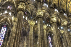 HDR著名大教堂中央寺院二米兰的照片内部在广场的在米兰 库存图片