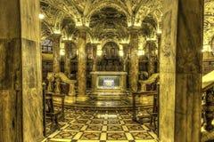 HDR著名大教堂中央寺院二米兰的照片内部在广场的在米兰 免版税库存照片