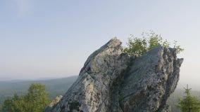 hdr μεγαλοπρεπές ηλιοβασίλεμα βουνών τοπίων εικόνας Μόνη ένωση δέντρων από τους βράχους στα βουνά Ογκώδεις βράχοι και άποψη φιλμ μικρού μήκους