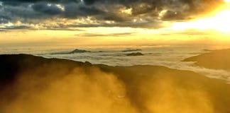 hdr μεγαλοπρεπές ηλιοβασίλεμα βουνών τοπίων εικόνας στοκ φωτογραφία