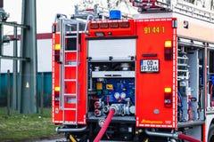 HDR - пожарная машина с соединенным пожарным рукавом в действии стоковое изображение rf