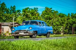 HDR -在乡下公路的美国蓝色经典汽车在圣克拉拉- Serie古巴报告文学 图库摄影