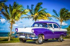 HDR -在前面侧视图的停放的美国白色蓝色葡萄酒汽车在哈瓦那古巴- Serie古巴报告文学的海滩 免版税库存照片