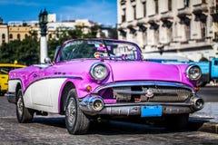 HDR -在哈瓦那古巴- Serie古巴报告文学停放的美丽的美国砰葡萄酒汽车 免版税库存图片
