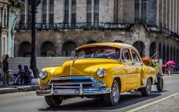 HDR -在哈瓦那古巴- Serie古巴报告文学drived的美丽的美国黄色葡萄酒汽车 图库摄影