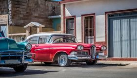 HDR -在圣地亚哥- Serie Kuba报告文学的街道上停放的美国红色葡萄酒汽车 免版税库存图片