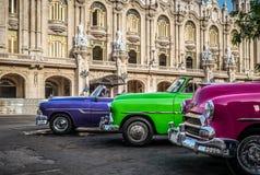 HDR -在系列停放的Threeamerican敞篷车葡萄酒汽车在哈瓦那古巴在gran teatro前- Serie古巴报告文学 免版税图库摄影