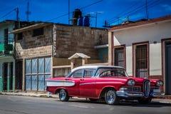HDR -有在哈瓦那古巴- Serie古巴报告文学停放的一个白色屋顶的美丽的红色美国葡萄酒汽车 库存照片