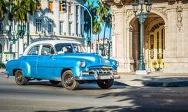 HDR -有在哈瓦那市古巴- Serie古巴报告文学的大街上drived的白色屋顶的美国蓝色经典汽车 图库摄影