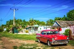 HDR -美国红色在省马坦萨斯的小巷上停放的推托经典汽车在古巴- Serie古巴报告文学 库存照片
