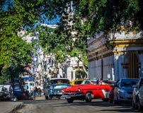 HDR -街道生活场面在有美国葡萄酒汽车的哈瓦那古巴- Serie古巴报告文学 图库摄影