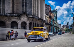 HDR -街道生活场面在有美国葡萄酒汽车的哈瓦那古巴- Serie古巴报告文学 库存照片