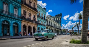 HDR -街道生活场面在有绿色美国葡萄酒汽车的哈瓦那古巴- Serie古巴报告文学 免版税图库摄影