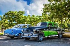 HDR -黑美国的grenn和在巴拉德罗角古巴- Serie古巴报告文学停放的蓝色经典汽车 免版税库存照片