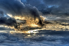 在HDR的剧烈的天空 免版税库存图片