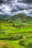 英国乡下场面有谷和山的湖区和在HDR的绿色领域 免版税库存图片