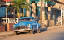 HDR - Amerikanischer blauer Oldtimer parkte auf der Straße in Varadero Kuba am Morgen - Reportage Serie Kuba Stockfotos