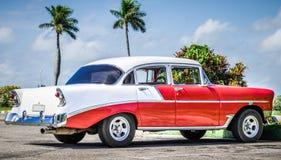 HDR - Amerykański czerwony biały klasyczny samochód parkujący w Varadero Kuba, Seria Kuba reportażu - fotografia royalty free