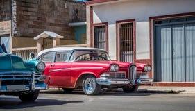 HDR - Amerykański czerwony rocznika samochód parkujący na ulicie w Santiago de Kuba, Seria Kuba reportażu - Obraz Royalty Free