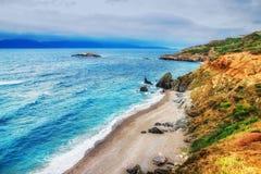 HDR-beeld van een afgezonderd strand op Skiathos-eiland op een bewolkte dag royalty-vrije stock foto