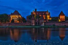 HDR bild av den medeltida slotten i Malbork på natten Arkivfoto