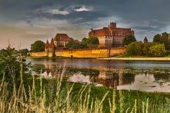 HDR-Bild des mittelalterlichen Schlosses in Malbork nachts mit Reflexion Lizenzfreie Stockbilder