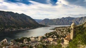 HDR czasu upływ Kotor zatoka z starym miasteczkiem i kościelny wierza Montenegro zbiory