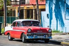 HDR czerwony klasyczny samochód z bielu dachem w Varadero Kuba Obrazy Stock