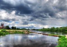 HDR d'horizontal de fleuve avec des nuages de tempête (ciel) Image libre de droits