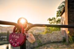 HDR-de foto die van zonsondergangzon door de liefde glanzen sluit het hangen op een metaalspoor Stock Fotografie
