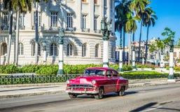 HDR - De mening van het straatleven met Amerikaanse bruine rode uitstekende de autoaandrijving van Chevrolet vóór Capitolio op de Royalty-vrije Stock Fotografie