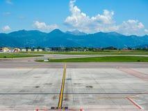 Hdr de piste d'aéroport de Bergame Orio Al Serio Images libres de droits