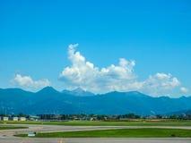 Hdr de piste d'aéroport de Bergame Orio Al Serio Photographie stock libre de droits