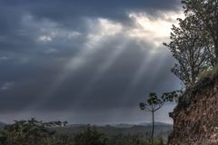 HDR de um céu da tempestade com a calha de brilho do sol imagem de stock royalty free