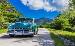 HDR - El coche americano del vintage del verde azul conduce en el countrystreet en el campo de Trinidad Cuba - el reportaje de Se foto de archivo