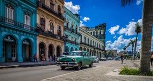 HDR - Escena de la vida en las calles en Havana Cuba con los coches americanos verdes del vintage - reportaje de Serie Cuba Fotografía de archivo libre de regalías