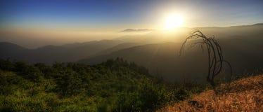 HDR för fantastisk solnedgång near björn sjö Kalifornien Arkivbilder