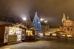 HDR foto av första - någonsin traditionell jul marknadsför på den Prague slotten bak den storstads- domkyrkan av helgon Vitus Royaltyfri Bild