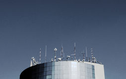 HDR-fotoantenas die het blauwe contrast van de bureauhemel bouwen Stock Fotografie