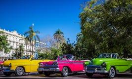 HDR - Härliga amerikanska konvertibla tappningbilar som parkeras i serie i Havana Cuba för granteatroen - Serie Kubareportage arkivbild