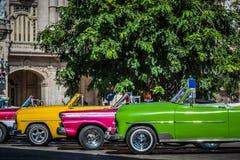 HDR - Härliga amerikanska konvertibla tappningbilar som parkeras i serie i Havana Cuba för granteatroen - Serie Kubareportage arkivfoton