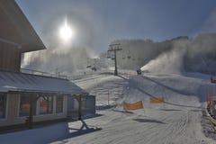 HDR ha sparato della stazione sciistica con gli ascensori al giorno soleggiato nevoso Fotografie Stock