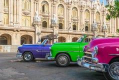 HDR - Konvertibla tappningbilar för amerikan som colorfully parkeras på sidoremsan för aGranteatro i Havana Cuba - Serie Kubarapp royaltyfri foto