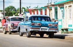HDR Kuba wsi rocznika amerykański błękitny samochód parkujący na drodze Zdjęcie Stock